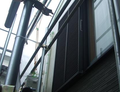 足場と窓の写真